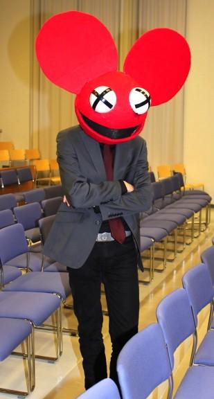 Kuka tunnistaa? Elektroniikkayhtye Deadmou5in maskotti totta kai!Näyttävin puku ja vielä itse tehty. Puvun takaa paljastui Juhani Narko .