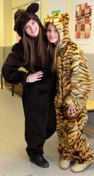 ... ja vuorostaan penkkareiden söpöin pari, karhu Jaana Tornivaara ja tiikeri Sanna Ruusunen.
