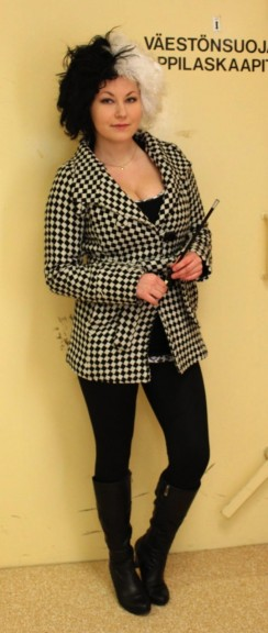 Hanna Harjumaaskola oli pukeutunut Cruella De Viliksi, eikä hän tykkää dalmatialaisista. Puku on ostettu Flamingon Marakatista.