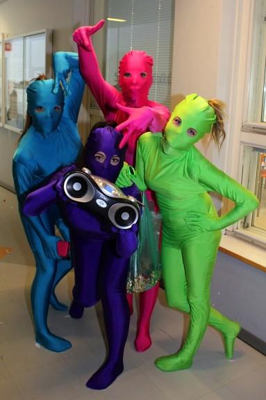 Saara Jaakkola, Iiris Korhonen, Mona Nuutinen ja Annette Evokari olivat iloisen värikäs Morphsuit-nelikkö. Tytöt olivat kuulemma olleet eräänä päivänä vähän juhlimassa, kun päähän pälkähti ajatus ''laitetaan yhdessä vartalonmyötäiset värikkäät morphsuit-asut!'' Musiikin abirekassa takasi Saaran mankka.