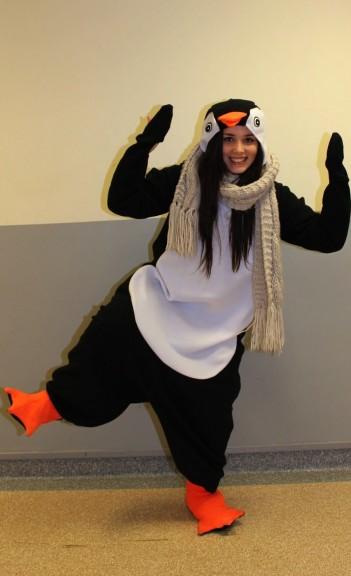 Pi-pi-pi-pingu pingu! Wilma Viertola näytti pingviini asussaan ja kaulahuivissaan hirrrveen söpöltä.