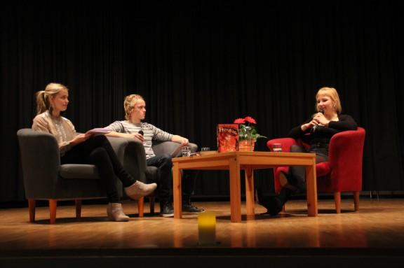 Kirjailijavieras Laura Gustafssonia haastattelemassa Nea Raahenmaa ja Sebastian Karling