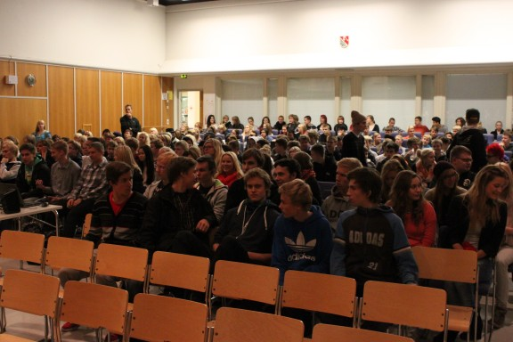 Yleisöä auditoriossa