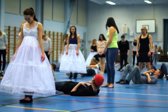 Monella tytöllä oli tiistain kenraaliharjoituksissa vannehameet päällä antamassa jonkilaista tuntumaa tulevasta mekosta.