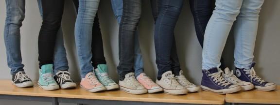 Oppilailta löytyi monen värisiä Converseja