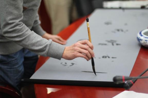 Koulussa pääsimme harjoittelemaan kalligrafiaa.