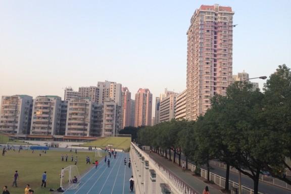 Shenzhen Middle Schoolin alueeseen kuului koulurakennusten lisäksi yleisurheilukenttä.