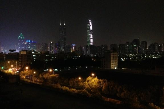 Yöllinen Shenzhen.