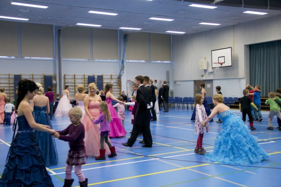 Wanhat tanssittamassa päiväkoti-ikäisiä ja alakoululaisia.