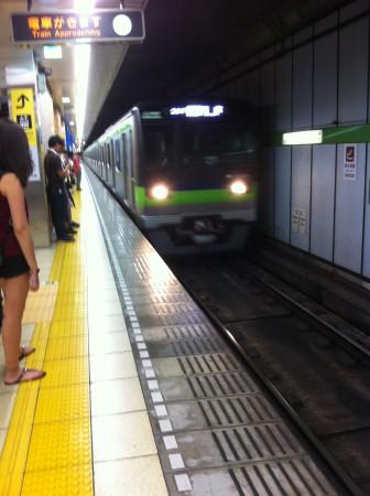 Ensimmäistä metroa odotellessa. Metrot olivat aina aikataulussa ja osuivat tismalleen niille osoitetuille paikoille.