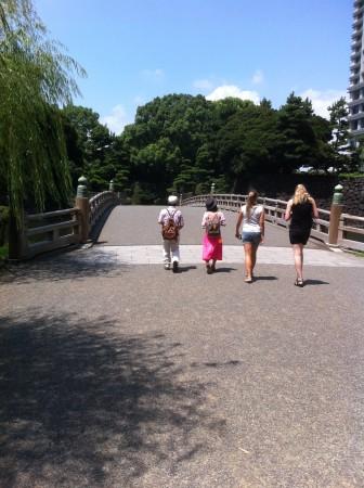Japanilaiset tuttumme veivät meidät muun muassa Keisarin palatsin aukiolle.