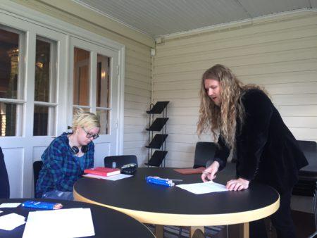 Mika Pekkola veti kirjoituspajaa Erkkolassa. (kuva: Outi Kylliäinen)
